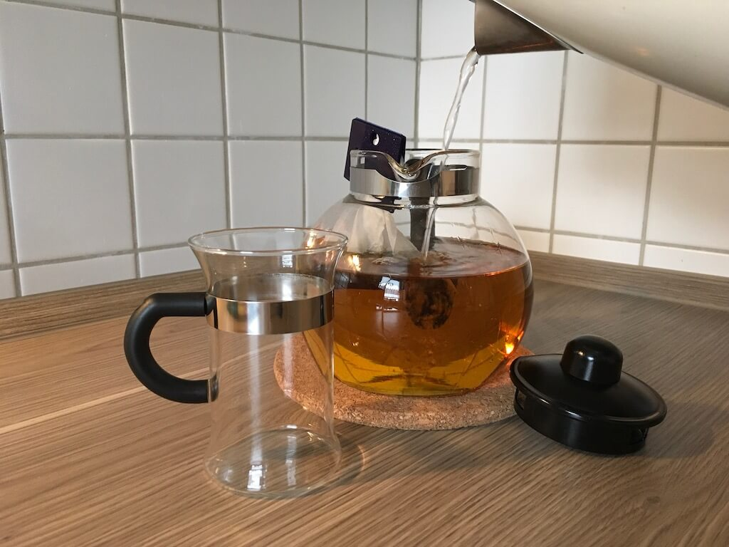 LR Figuactiv Kraeuter Fastentee Aufbruehen mit Teefilter 2