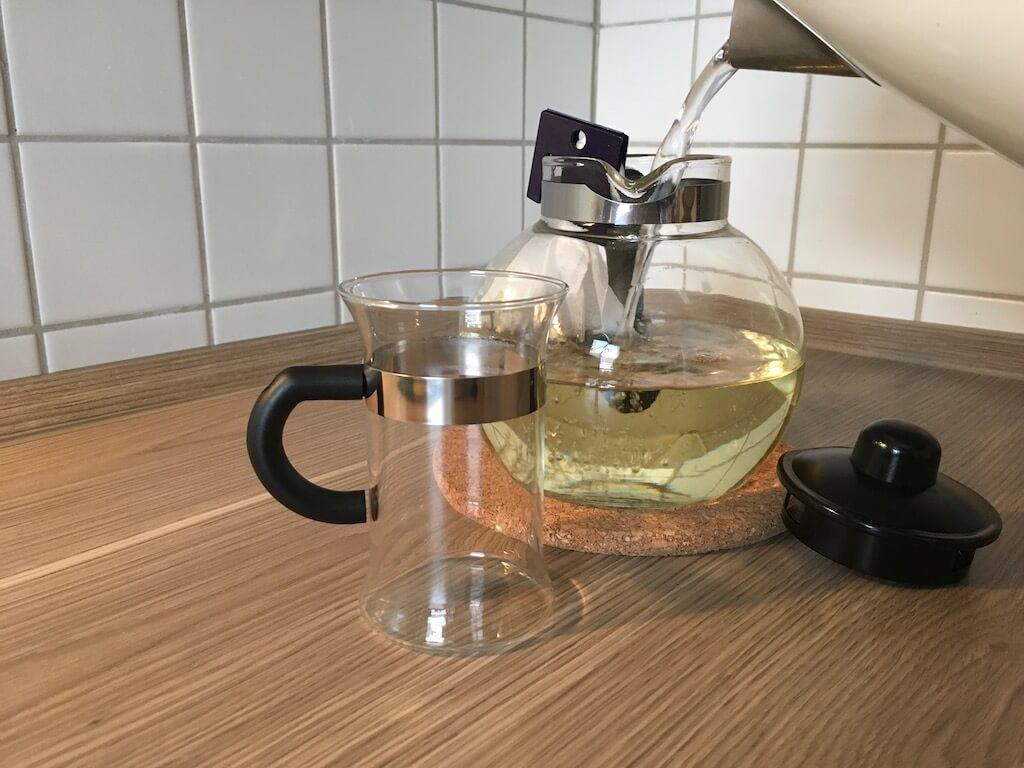 LR Figuactiv Kraeuter Fastentee Aufbruehen mit Teefilter